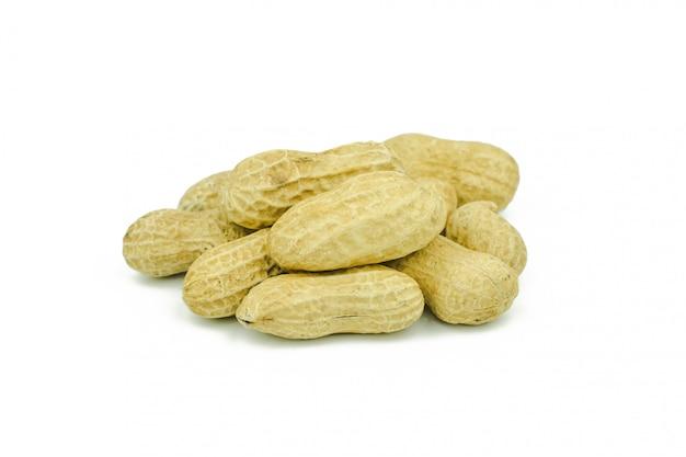 Angeordnete erdnüsse abgezogen und auf weißem hintergrund lokalisiert