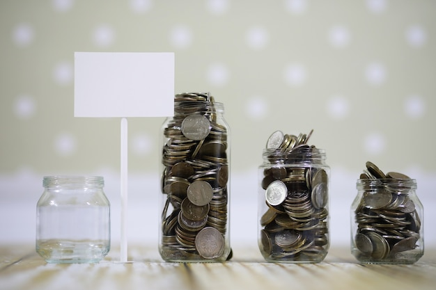 Angesammelte münzen in gläsern auf dem boden gestapelt