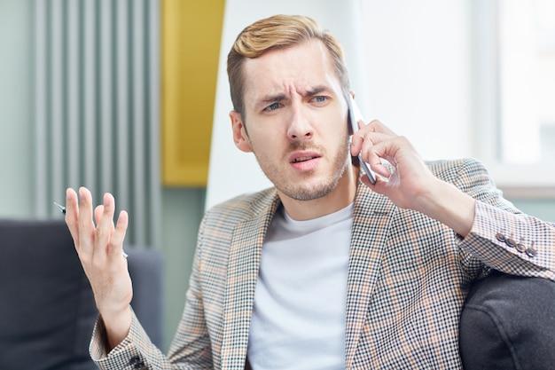 Angespanntes telefongespräch führen