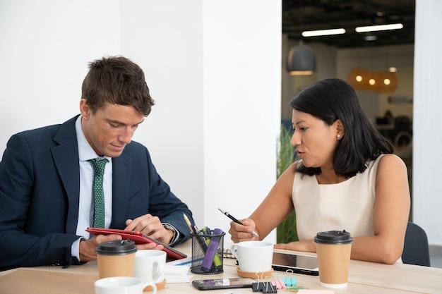 Angestellte, die bei der sitzung im büro sich besprechen