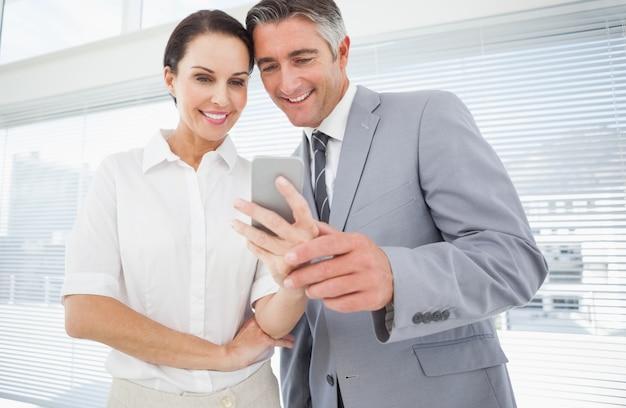 Angestellter, der coarbeitskraft ihr telefon zeigt