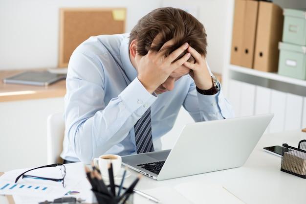 Angestellter halten hand in hand am arbeitsplatz im büro. datenkorruption oder computervirus, technisches problem, menschlicher faktor, kreativer stupor, sprachunterricht, bildungs- und prüfungskonzept