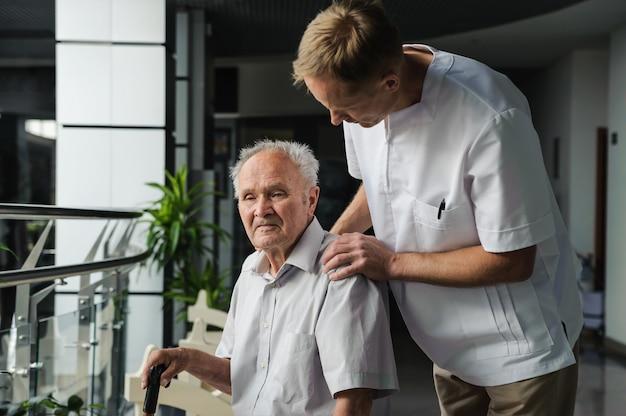 Angestellter im gesundheitswesen und älterer patient
