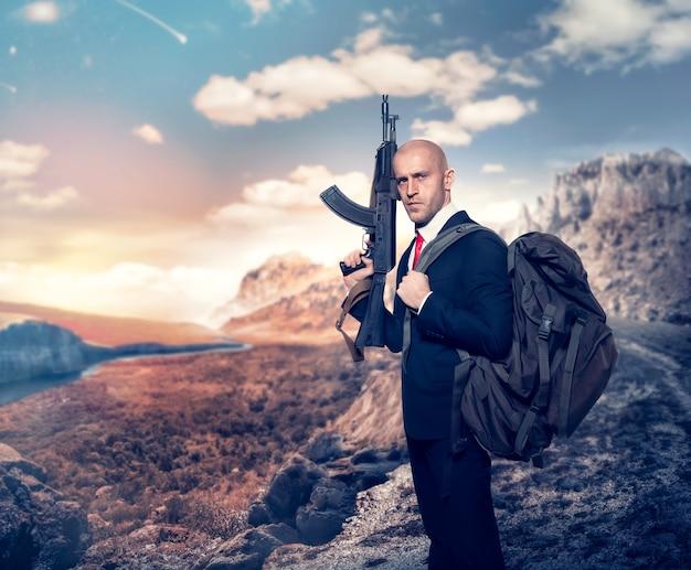 Angestellter mörder im anzug und rote krawatte mit rucksack, der maschinengewehr in der hand hält
