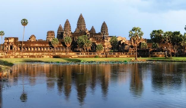 Angkor wat temple bei sonnenuntergang