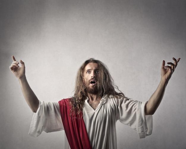 Angst mann wie jesus gekleidet