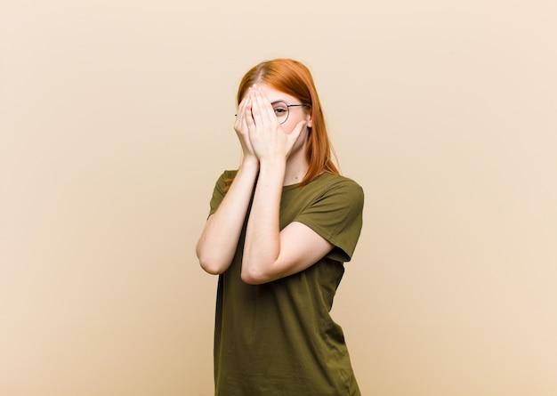 Angst oder verlegenheit, spähen oder spionieren mit halb mit händen bedeckten augen