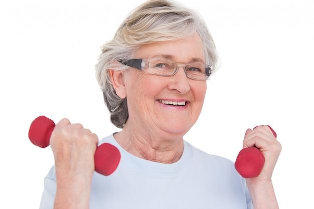 Anhebende handgewichte der älteren frau