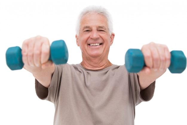 Anhebende handgewichte des älteren mannes