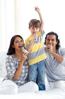 Animierte familie, die mit mikrofonen singt