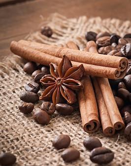 Anis, zimt und kaffeebohnen auf altem hölzernem hintergrund