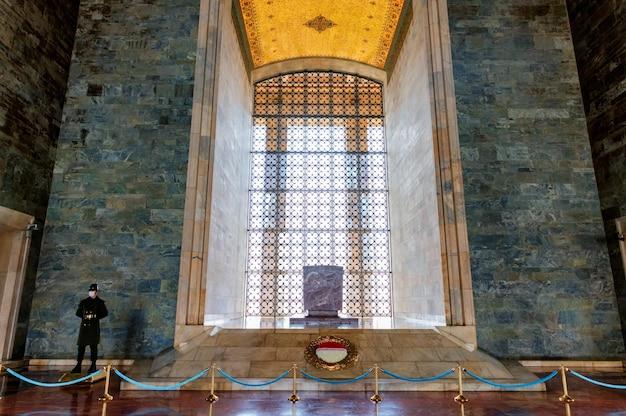 Anitkabir ist das mausoleum des gründers der türkischen republik, mustafa kemal atatürk. anitkabir ist einer der historischen orte, die die türken häufig besuchen.