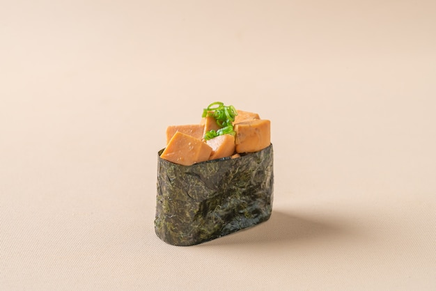 Ankimo-sushi, seeteufelleber auf sushi-reis - japanischer essensstil