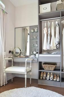Ankleidezimmer im vintage-stil mit klassischem weißem stuhl