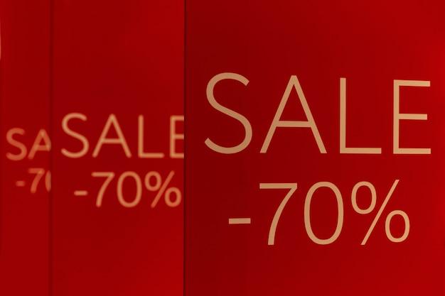 Ankündigung von 70% rabatt auf rote banner in der mall. nahaufnahme. verkaufssaison.