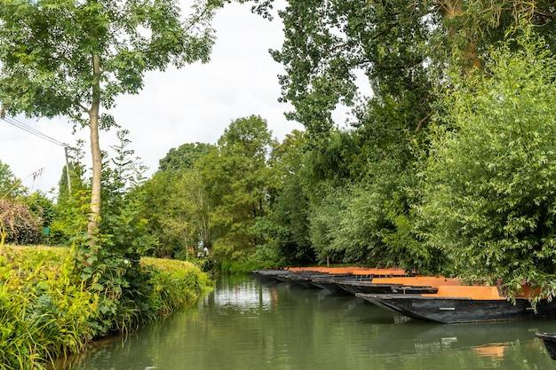 Anlegestelle für boote zum segeln zwischen la garette und coulon, marais poitevin das grüne venedig, in der nähe der stadt niort, frankreich