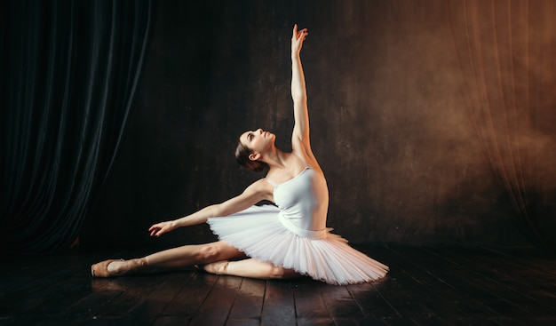 Anmut der ballerina in bewegung auf der theaterbühne