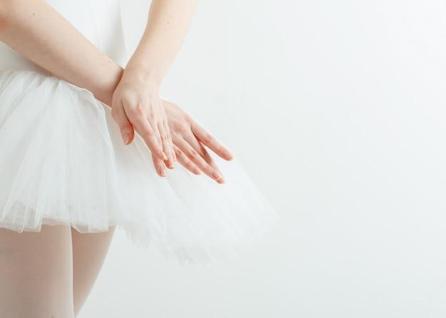 Anmutige ballerina hände. leichtigkeit, schönheit, anmut