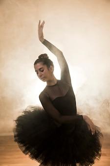 Anmutige balletthaltung der vorderansicht
