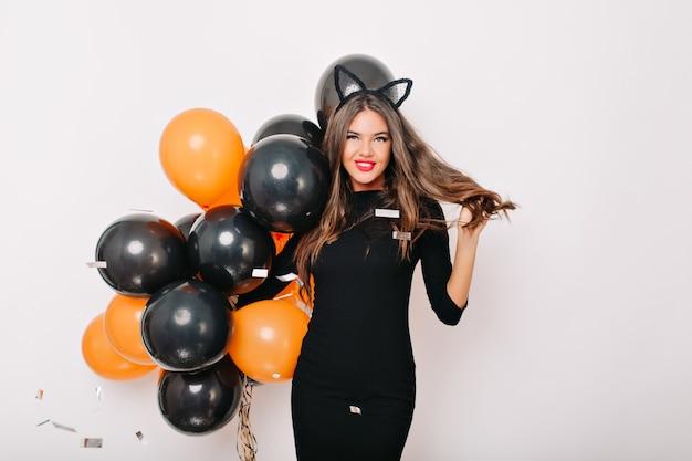 Anmutige gutaussehende frau, die auf halloween-party wartet