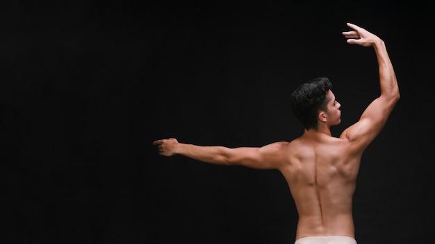 Anmutiger tänzer mit muskulösem rücken