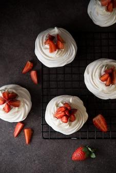 Anna pavlova kuchen mit sahne und frischen erdbeeren, draufsicht