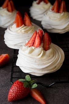Anna pavlova kuchen mit sahne und frischen erdbeeren