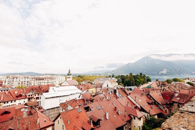 Annecy city draufsicht, see in der ferne. ziegeldächer, kathedrale. hochwertiges foto