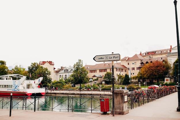 Annecy seeblick zum yachthafen von annecy stadt. hochwertiges foto