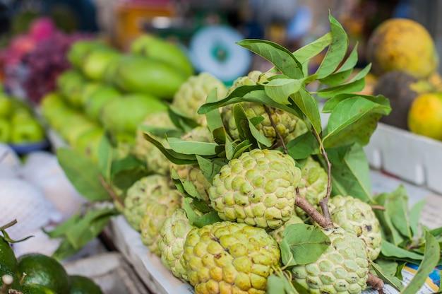 Annona squamosa, zuckerapfel auf dem vietnamesischen markt