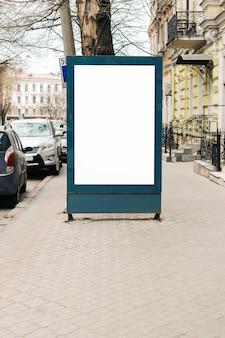 Annoncieren der leeren anschlagtafel auf dem bürgersteig in der alten stadt