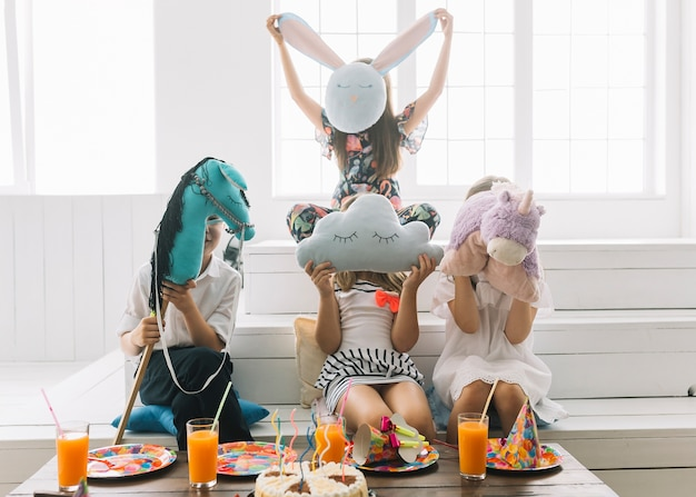 Anonyme kinder mit spielzeug auf geburtstagsfeier