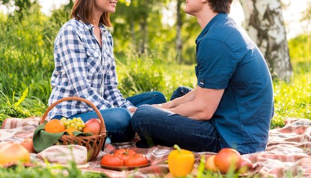 Anonyme liebhaber, die sich auf decke gegenüber sitzen