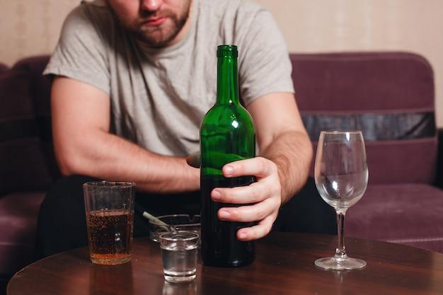 Anonymer alkoholiker, der stark trinkt
