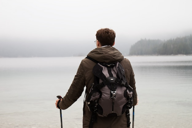 Anonymer reisender, der ansichten der natur erforscht