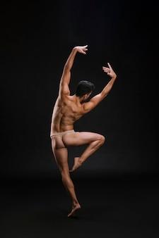 Anonymer tänzer, der auf zehenspitzen steht