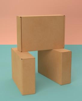Anordnung braune leere vereinfachte pappkartons
