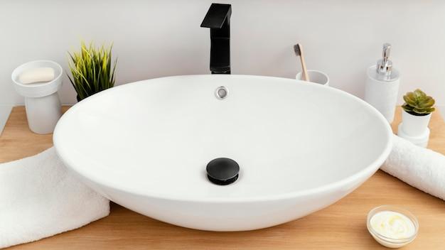 Anordnung der badezimmerelemente zur selbstpflege