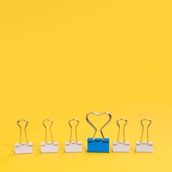Anordnung der büroklammern mit einer blauen büroklammer