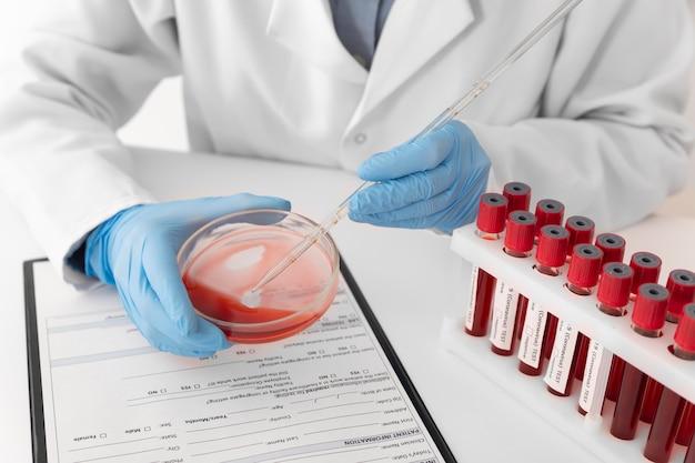 Anordnung der coronavirus-blutproben im labor