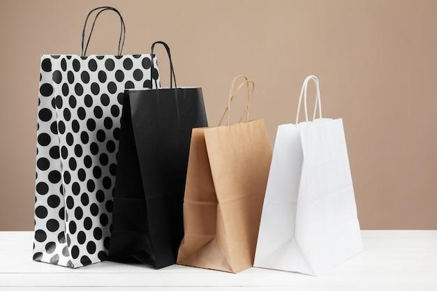 Anordnung der einkaufstaschen auf beigem hintergrund