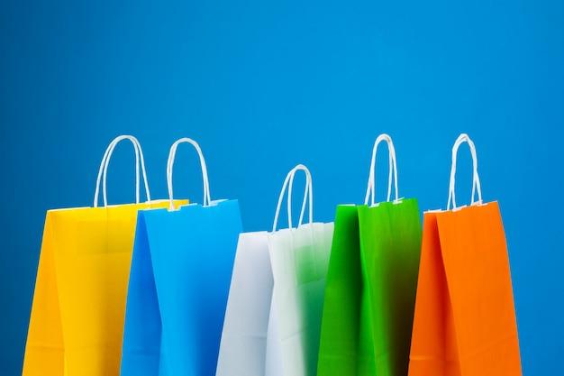 Anordnung der einkaufstaschen auf blauem hintergrund