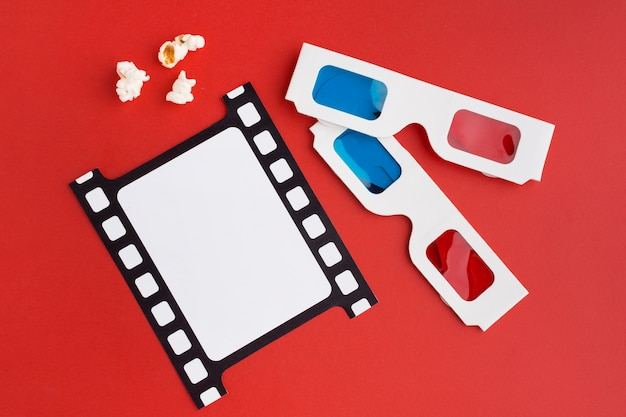 Anordnung der filmelemente auf rotem hintergrund