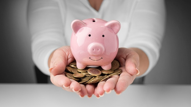 Anordnung der finanzelemente der vorderansicht mit münzen
