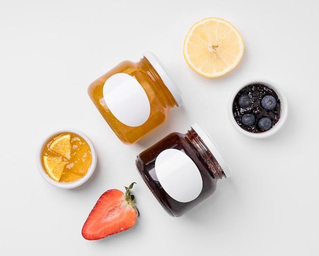 Anordnung der marmeladenverpackung auf weiß