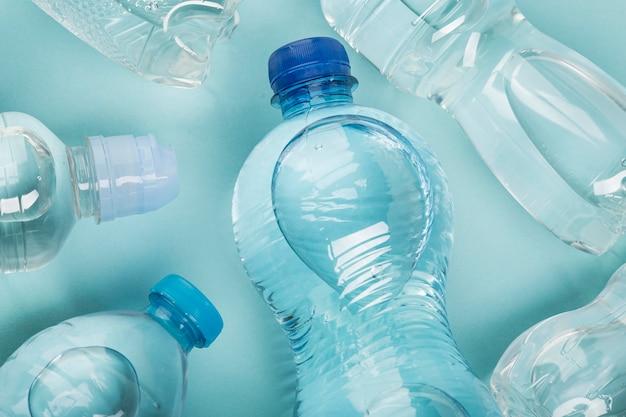 Anordnung der mit wasser gefüllten flaschen