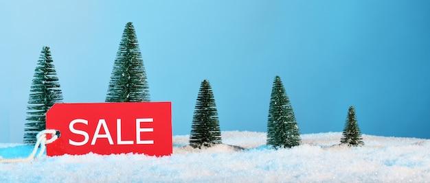 Anordnung der weihnachtsdekoration und des kartenverkaufs
