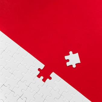 Anordnung der weißen puzzleteile für das individualitätskonzept