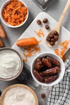 Anordnung des köstlichen gesunden desserts mit karotte
