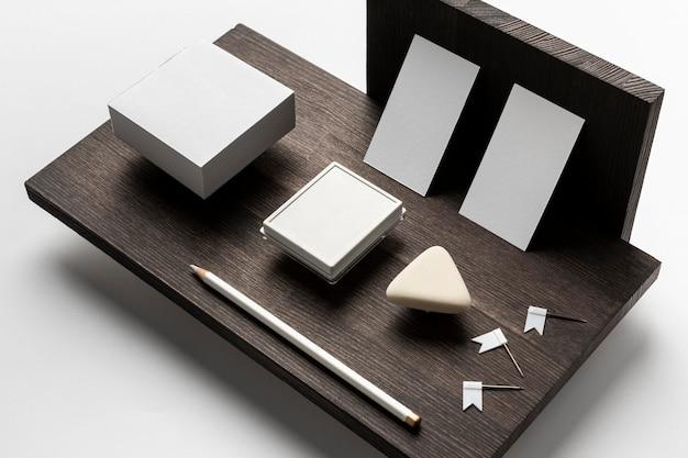 Anordnung des modernen schreibtisches für visitenkarten